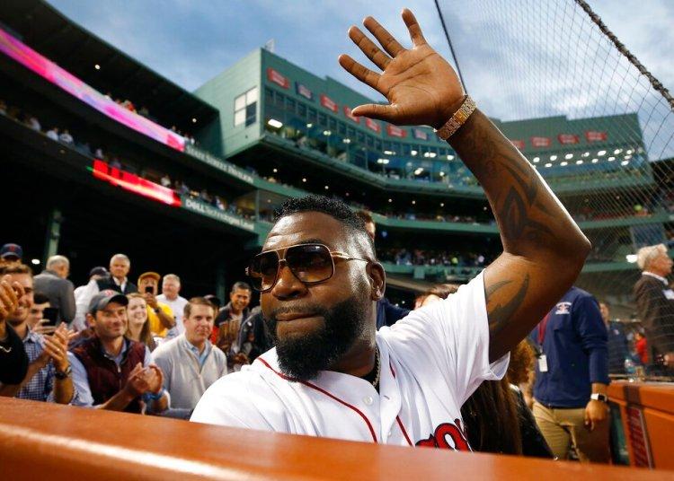 El expelotero de los Medias Rojas David Ortiz saluda a la multitud antes de hacer el primer lanzamiento ante de un juego contra los Yanquis de Nueva York, en Boston, el lunes 9 de septiembre de 2019. Foto: Michael Dwyer/ AP.