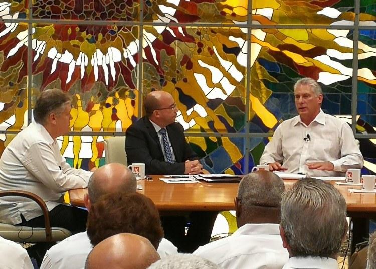 El presidente cubano Miguel Díaz-Canel (d) habla en el espacio televisivo Mesa Redonda, el 11 de septiembre de 2019. A la izquierda, el ministro de Economía de Cuba, Alejandro Gil. Foto: @PresidenciaCuba / Twitter.