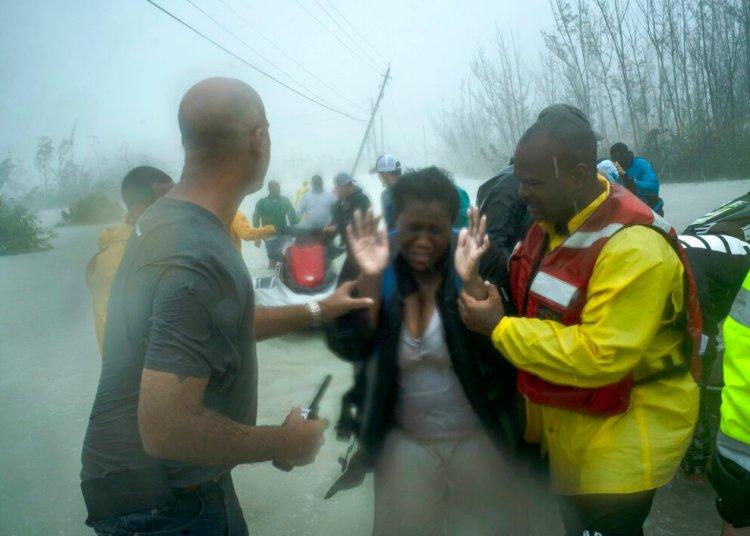 Voluntarios rescatan a varias familias que llegaron en pequeñas embarcaciones sobre las aguas crecidas por las lluvias que acompañaron al huracán Dorian, cerca del puente Causarina en Freeport, Gran Bahama, el martes 3 de septiembre de 2019. Foto: AP/Ramón Espinosa.
