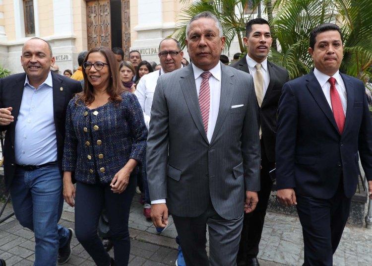 Los diputados oficialistas Francisco Torrealba (i), Tania Diaz (2i), Pedro Carreño (c) y William Gil (d) llegan al Palacio Federal Legislativo, sede de la Asamblea Nacional de Venezuela, en Caracas, el 24 de septiembre de 2019. Foto: Miguel Gutiérrez / EFE.