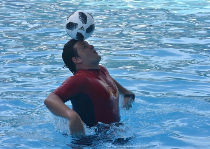 Jhoen Lefont, recordista de dominio del balón dentro del agua, implanta una nueva marca en la piscina del Hotel Nacional de Cuba, el sàbado 14 de septiembre de 2019. Foto: José Meriño / Prensa Latina.