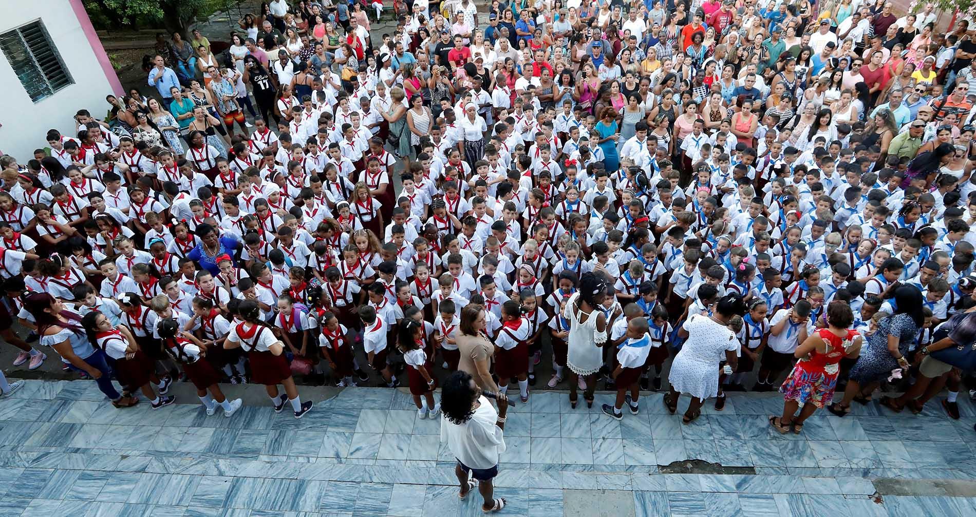 Alumnos de una escuela primaria participan en el acto de inicio del curso escolar, el lunes 2 de septiembre de 2019 en La Habana. Foto: Ernesto Mastrascusa / EFE.