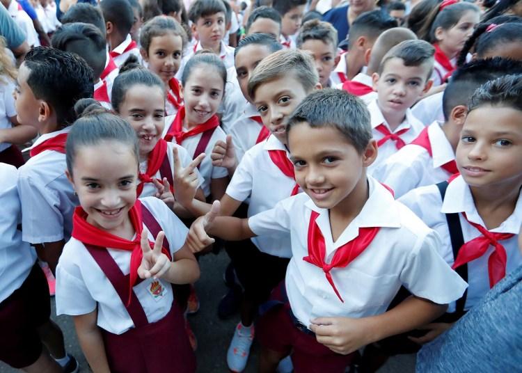 Alumnos de una escuela primaria durante el acto de inicio del curso escolar, el 2 de septiembre de 2019 en La Habana. Foto: Ernesto Mastrascusa / EFE.