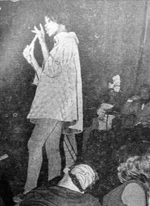 Maggie Prior cantando en el Salón Rojo del Hotel Capri. Foto: Revista Cinema.