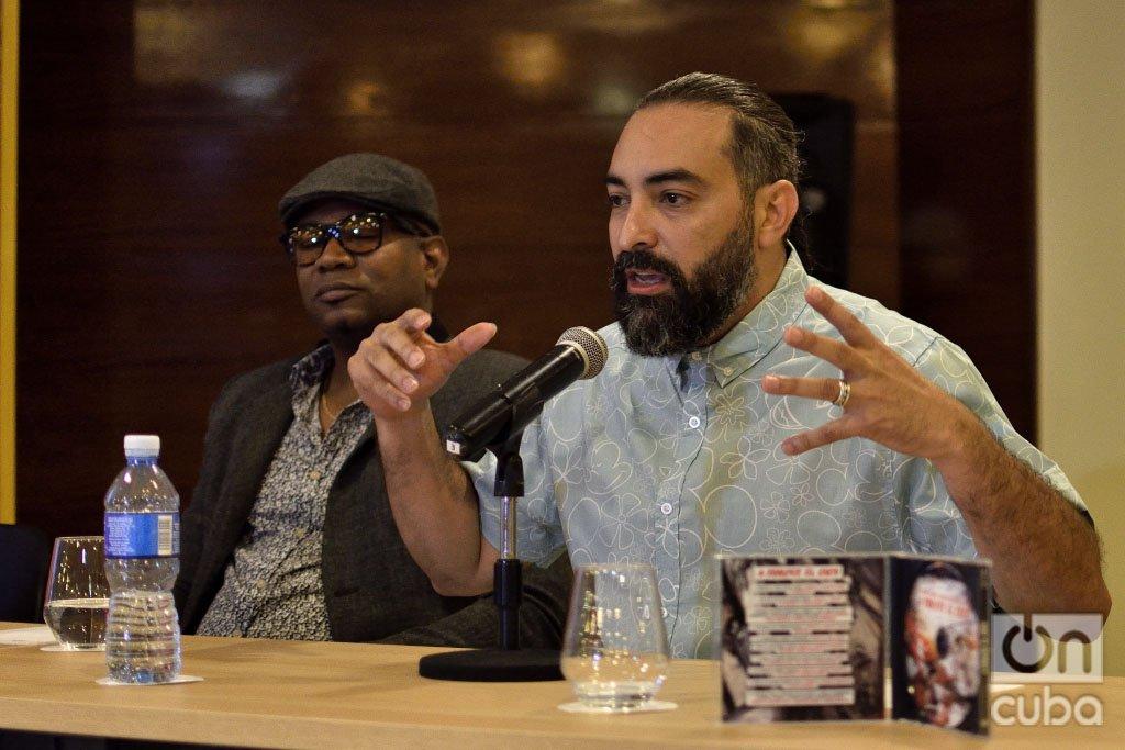 """El músico Alain Pérez (der) habla durante la presentación oficial del disco """"A romper el coco"""" en La Habana, el 23 de septiembre de 2019. A su lado, el productor Alden González. Foto: Otmaro Rodríguez"""
