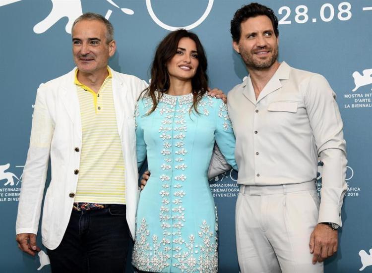 El director francés Olivier Assayas, la actriz española Penélope Cruz y el actor venezolano Edgar Ramírez posan durante la 76a edición del Festival Internacional de Cine de Venecia. Foto: Cluadio Onorati/EFE.