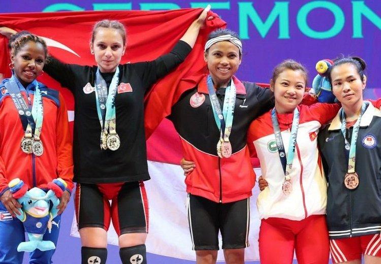 Ludia Montero (extremo izquierdo) logró par de medallas de plata en el Mundial de pesas en Tailandia. Foto: IWF.