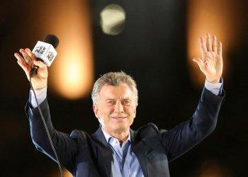 El presidente argentino Mauricio Macri, que se postula para la reelección con el partido Juntos Por el Cambio, saluda a los partidarios durante su cierre de campaña en Córdoba, Argentina, el jueves 24 de octubre de 2019. Foto: Nicolás Aguilera/AP