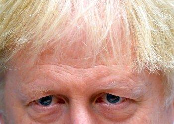 El primer ministro británico, Boris Johnson, habla con el personal en el ala pediátrica del Hospital Universitario Milton Keynes, Inglaterra, el viernes 25 de octubre de 2019. Foto: Toby Melville/AP