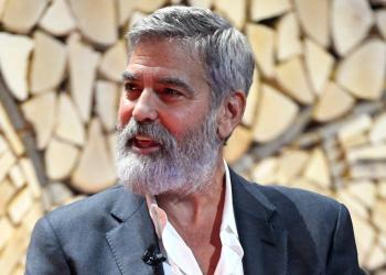 El actor y director estadounidense George Clooney habla a la multitud durante el seminario de negocios del Nordic Business Forum en Helsinki, Finlandia. Foto: Heikki Saukkomaa/AP.