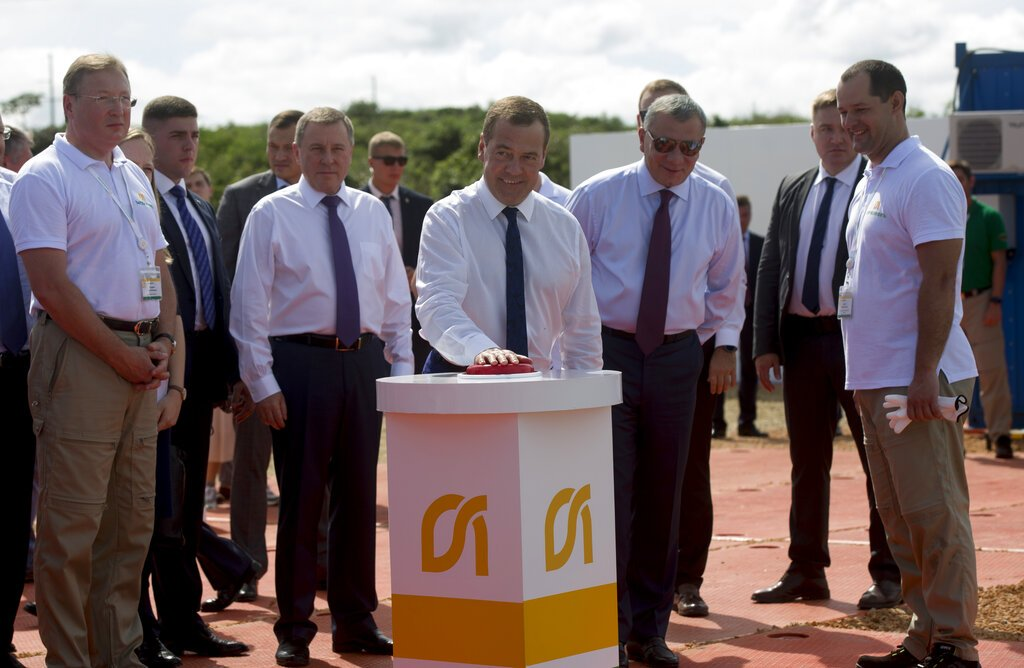 El primer ministro ruso Dmitri Medvédev presiona un botón rojo para inaugurar un pozo petrolero en Boca de Jaruco, Cuba, el viernes 4 de octubre de 2019, en el último día de su visita oficial a la Isla. Foto: Ismael Francisco / AP.