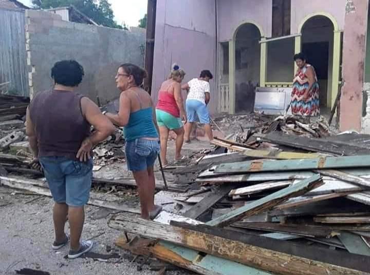 Un grupo de mujeres limpian los escombros tras el derrumbe sufrido por la casa natal del célebre pintor cubano WIfredo Lam, situada en la ciudad de Sagua la Grande, en el centro de Cuba. Foto: Miguel Jiménez / Facebook.