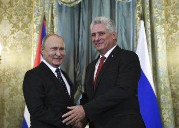 Vladimir Putin y Miguel Díaz-Canel en el Kremlin en Moscú, Rusia, en noviembre de 2018. Foto: Alexander Zemlianichenko/AP.