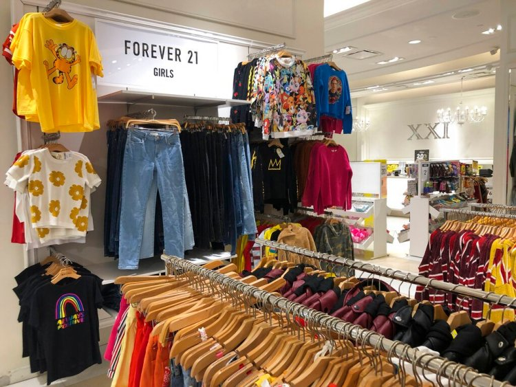 Varias prendas de niñas aparecen colgadas en una tienda de Forever 21 en Aventura, Florida, el lunes 30 de septiembre del 2019. (AP Foto/Wilfredo Lee)