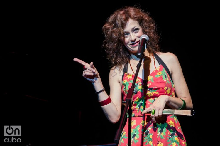 La cantante española Carmen París en concierto, en el Teatro Nacional de Bellas Artes de La Habana, el 5 de octubre de 2019. Foto: Enrique Smith.