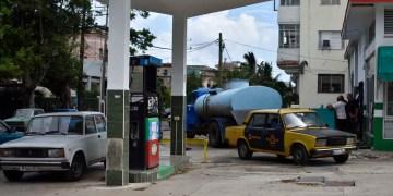 Autos esperan por el suministro de combustible en una gasolinera de La Habana. Foto: Otmaro Rodríguez.