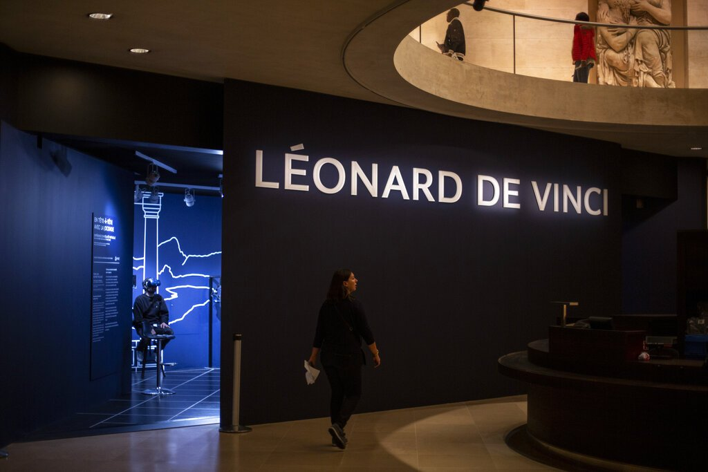 Un periodista prueba una experiencia de realidad virtual sobre Leonardo da Vinci en el Museo del Louvre. Foto: Rafael Yaghobzadeh/AP