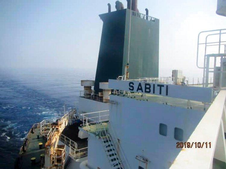 Foto distribuida por la agencia noticiosa oficial del ministerio delPetróleo iraní, SHANA, muestra al buque cisterna iraní Sabiti en el Mar Rojo, viernes 11 de octubre de 2019. El buque fue alcanzado por dos misiles, dijeron funcionarios iraníes. Foto: SHANA vía AP.