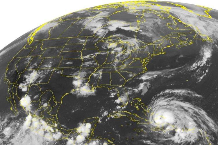 """Esta foto de satélite del 24 de agosto del 2011 muestra al huracán Irene. Científicos descubrieron una mezcla de dos temidos desastres --huracanes y terremotos-- y los bautizaron """"stormquakes"""". Foto: AP/"""