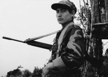 Un índio swara ecuatoriano en la trinchera de la guerra con Perú en 1995. Foto: Rui Ferreira.