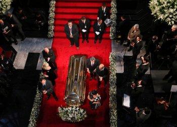 Familiares y personas cercanas hacen guardia junto al ataúd que contiene restos del intérprete mexicano José José durante un homenaje en el Palacio de Bellas Artes en Ciudad de México el miércoles 9 de octubre de 2019. Foto: Fernando Llano / AP.
