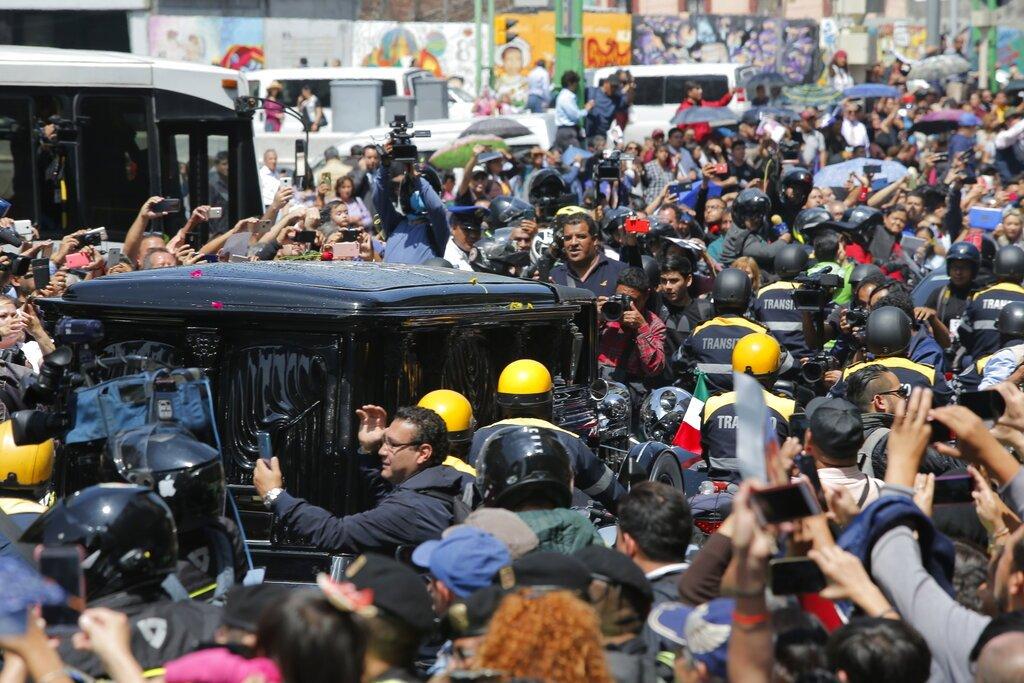 La carroza con las cenizas del fallecido cantante mexicano José José frente al Palacio de Bellas Artes en la Ciudad de México el miércoles 9 de octubre de 2019. Foto: Ginnette Riquelme / AP.