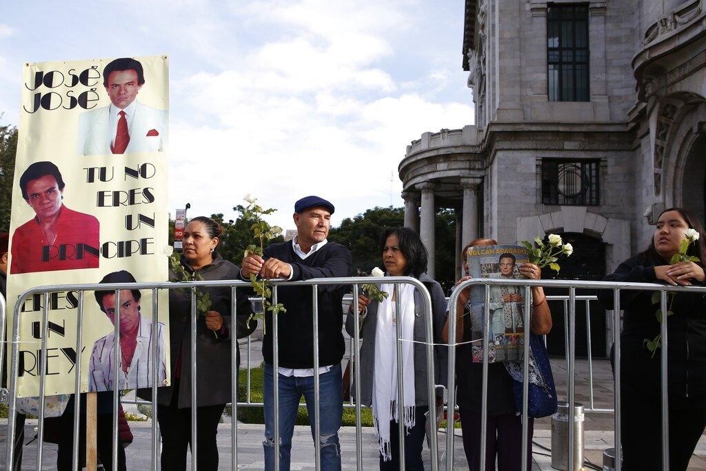 Personas esperan afuera del Palacio de Bellas Artes las cenizas del cantante mexicano José José en Ciudad de México, el miércoles 9 de octubre de 2019. Foto: Ginnette Riquelme / AP.