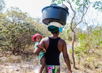 Madre cargando platos sobre la cabeza y su hija a la cintura. Foto: Nicolás Cabrera.
