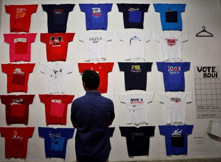 """Una persona observa una de las obras de la exposición """"Conexiones"""", organizada por la española Concha Fontenla, en la galería Factoría Habana. Foto: Yander Zamora / EFE."""
