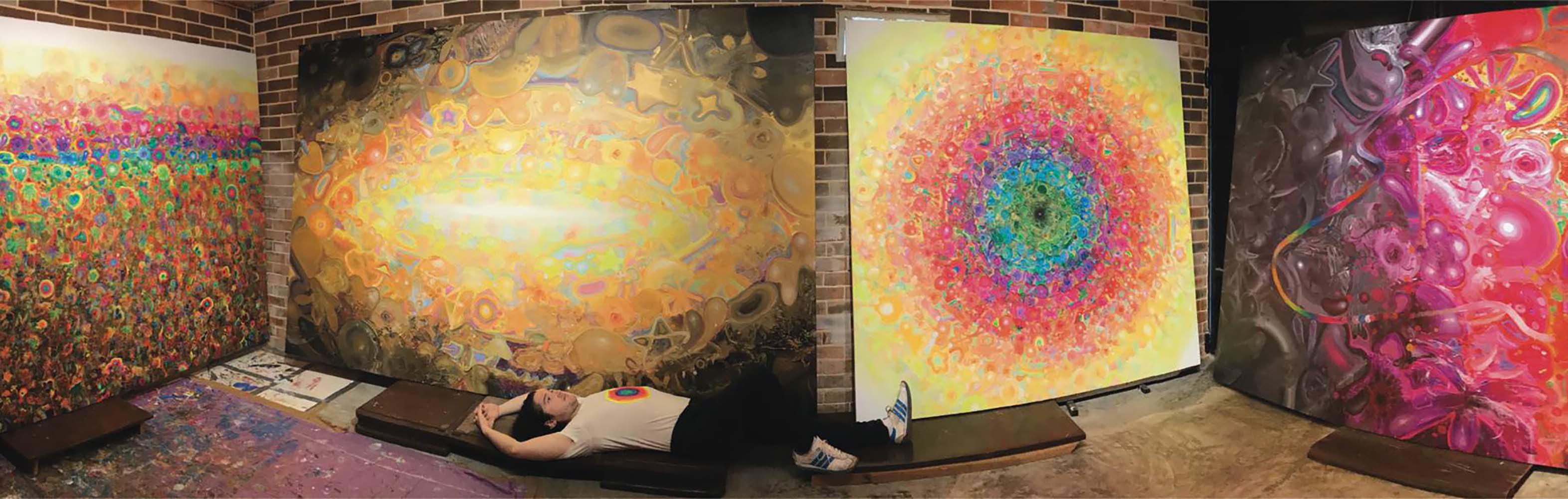 El pintor cubano Alberto Lago junto a varias de sus obras. Foto: Perfil de Facebook de Alberto Lago.