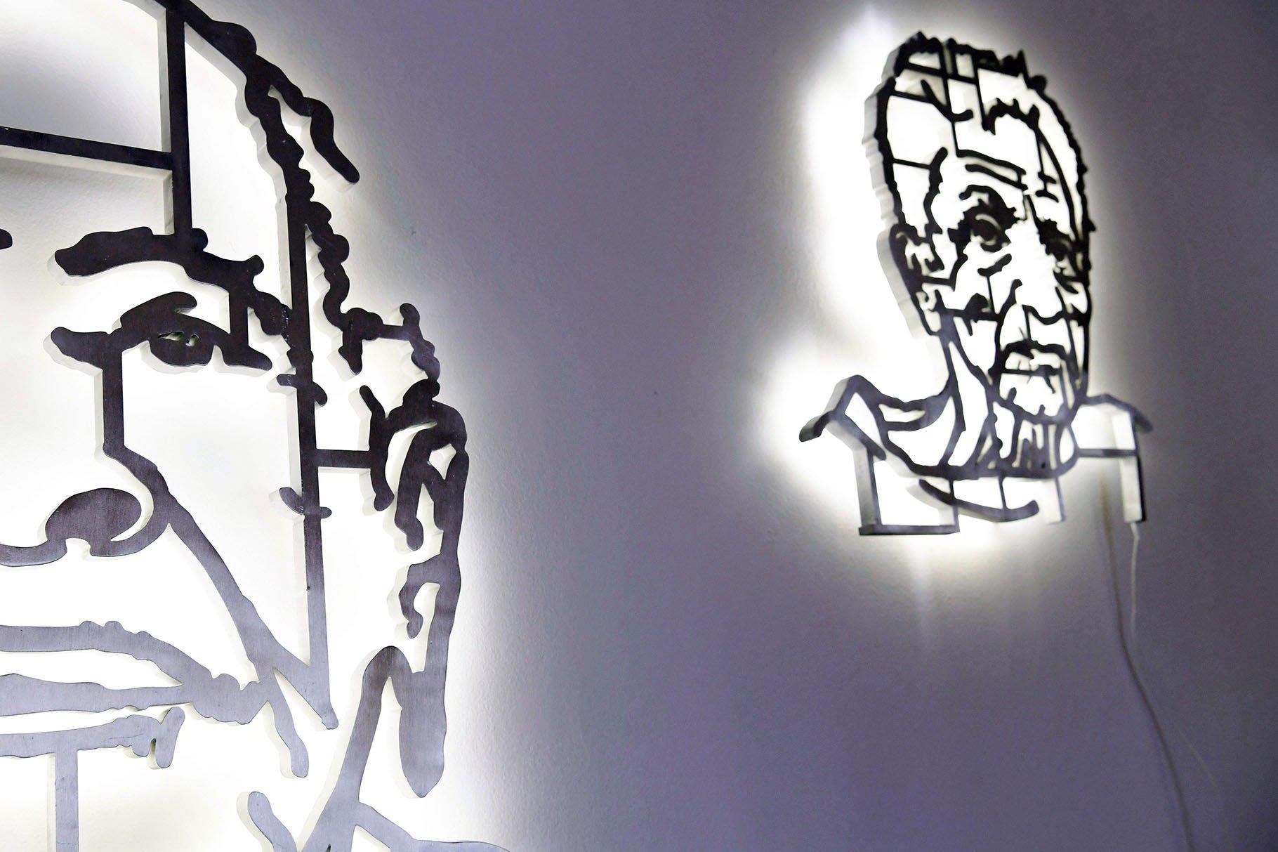 """Vista de las obras """"No es el Che, es Eusebia (i) y """"No es el Che, es Alfonso"""" (d) del colectivo artístico """"Los Carpinteros"""" que forma parte de la muestra """"Cuba Va!"""" instalada en la Phillips Collection en Washington, Estados Unidos. Foto: Lenin Nolly / EFE."""