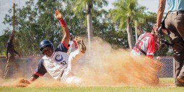 A pesar de su veteranía, Marino Luis (izq) se ha entregado a la causa de los Toros de Camagüey. Foto: Alejo Rodríguez / Facebook.
