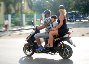 Ciclomotores eléctricos, por las calles de La Habana. Fotos: Abel Rojas Barallobre / Juventud Rebelde.