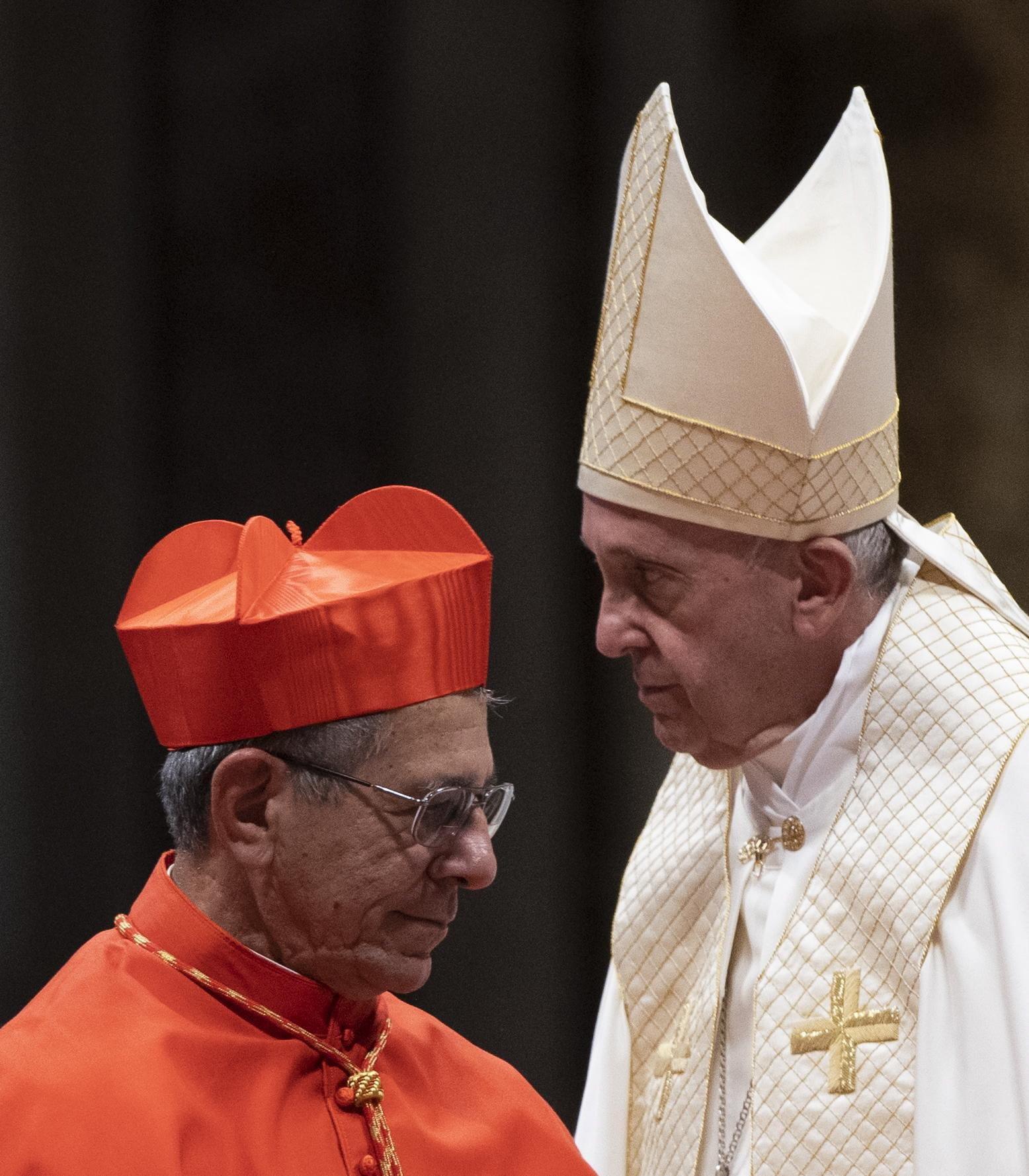 El Papa Francisco (d) junto al arzobispo de La Habana, Monseñor Juan de la Caridad García, a quien nombró oficialmente cardenal durante el consistorio realizado en el Vaticano el 5 de octubre de 2019. Foto: Claudio Peri / EFE.