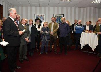 El presidente cubano Miguel Díaz-Canel (i) en un encuentro con grupos de solidaridad con Cuba durante su visita a Irlanda. Foto: Perfil de Twitter de PresidenciaCuba.