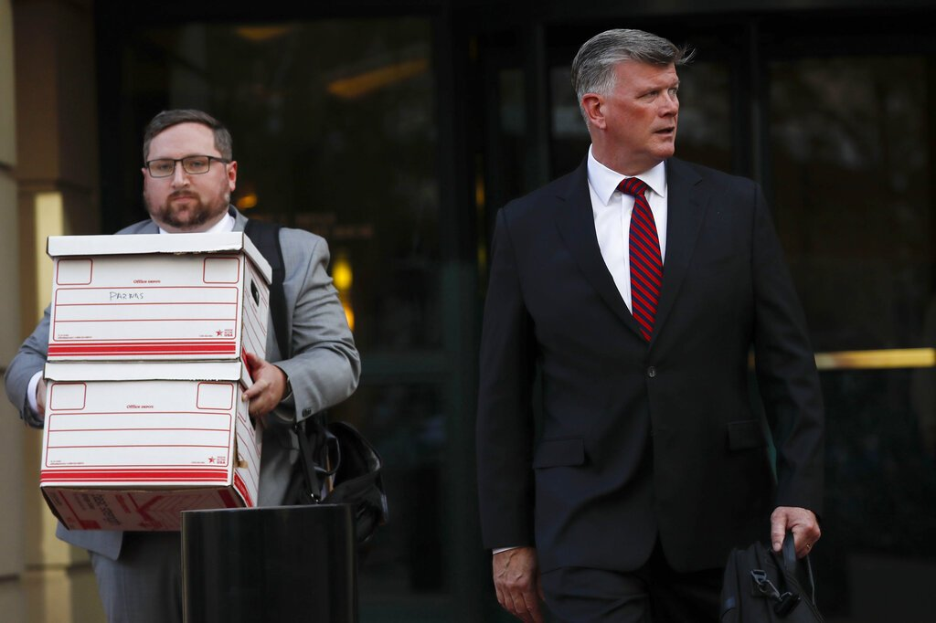 Kevin Downing, derecha, un abogado que representa a Lev Parnas e Igor Fruman, sale de un tribunal federal en Alexandria, Virginia, el jueves 10 de octubre de 2019. Foto: Pablo Martinez Monsivais / AP.