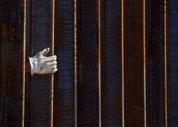 La mano de un albañil se asoma por una parte del muro fronterizo en construcción en Lukeville, Arizona, el 8 de octubre de 2019. Foto: AP