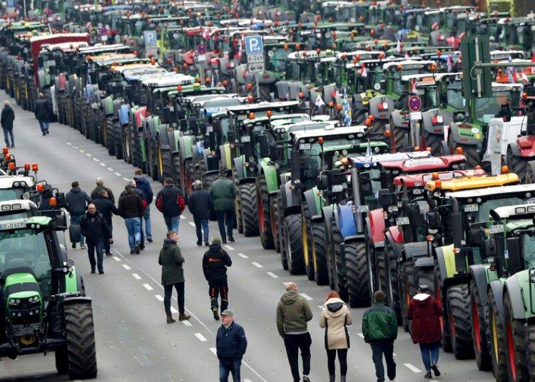 Agricultores estacionan sus tractores en un tramo entre la Universidad y la Puerta de Brandenburgo, Berlín, martes 26 de nopviembre de 2019. (AP Foto/Michael Sohn)