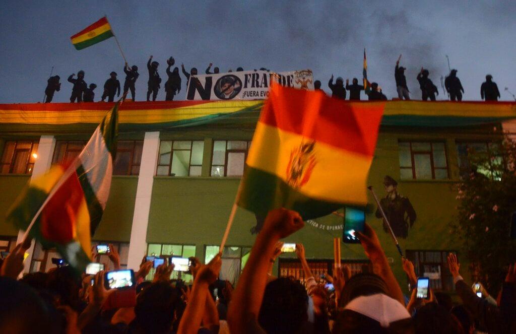 Policías amotinados contra el presidente Evo Morales protestan en Cochabamba, Bolivia, el viernes 8 de noviembre de 2019. Foto: AP.