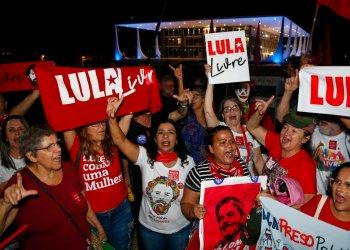 Varias mujeres simpatizantes del exmandatario Luiz Inácio Lula da Silva, festejan el jueves 7 de noviembre de 2019 un fallo del Tribunal Supremo, afuera de la sede judicial, en Brasilia, que podría derivar en la excarcelación del expresidente. (AP Foto/Eraldo Peres)