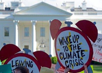 En esta imagen del 1 de junio de 2017, manifestantes reunidos ante la Casa Blanca protestan por la decisión del presidente de Estados Unidos, Donald Trump, de retirar al país del Acuerdo Climático de París. Foto: Susan Walsh / AP / Archivo.