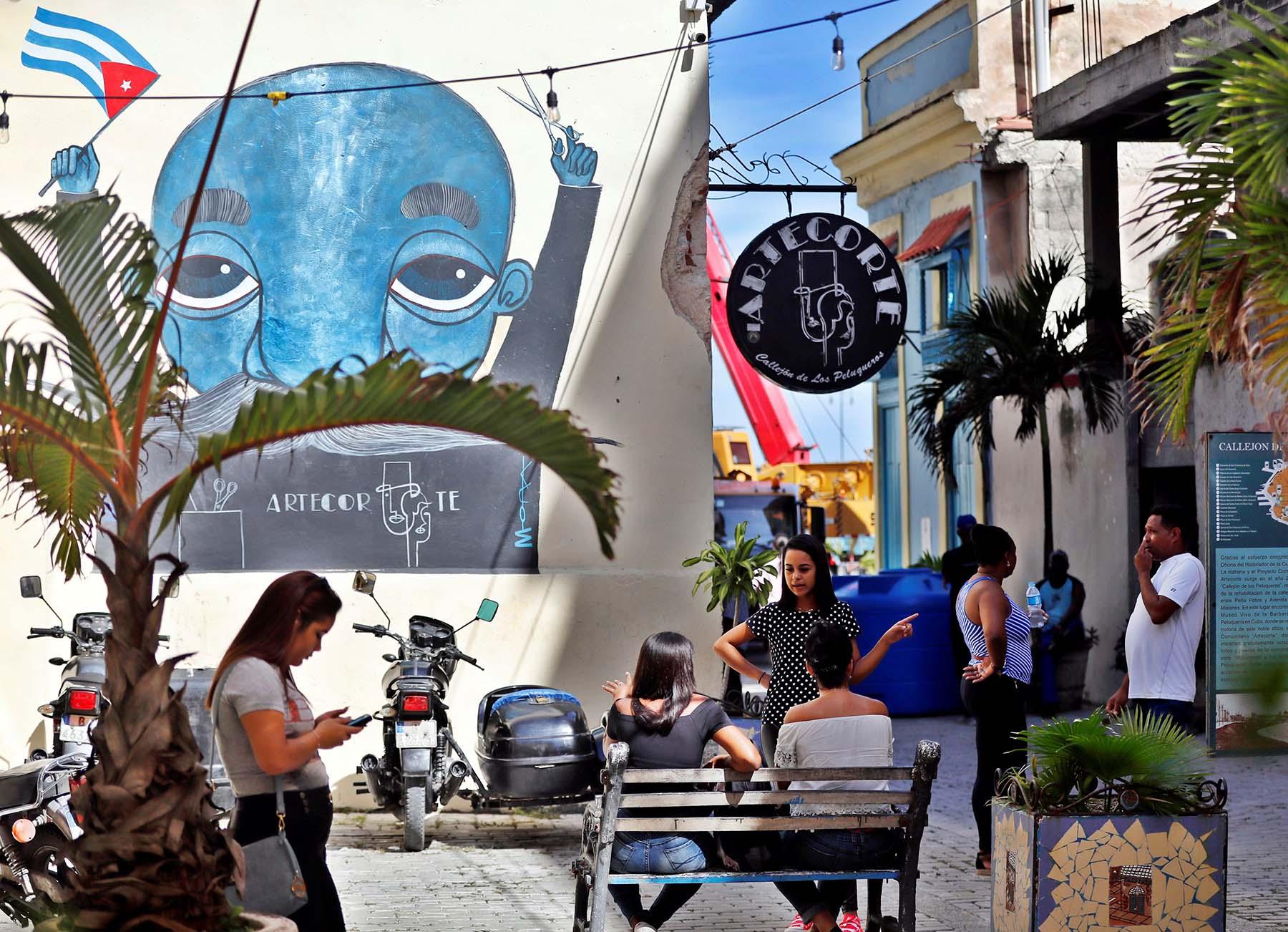 """Vista el jueves 31 de octubre de la sede del proyecto comunitario """"Artecorte"""" en La Habana Vieja, La Habana. Foto: Ernesto Mastrascusa / EFE."""