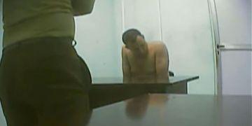 El opositor cubano José Daniel Ferrer, sin camisa, detenido por las autoridades cubanas bajo la acusación de participar en un incidente violento contra otra persona. Foto: Captura de video de un reportaje especial sobre el caso transmitido por la televisión estatal de Cuba.