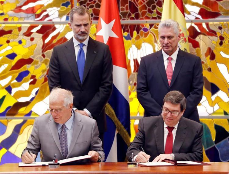 Los cancilleres, de España, Josep Borrell (delante.i), y el de Cuba, Bruno Rodríguez (delante-d), firman un acuerdo junto al rey de España, Felipe VI (i), y el presidente de Cuba, Miguel Díaz-Canel (d), este martes, en La Habana (Cuba). Foto: EFE/ Ernesto Mastrascusa