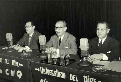 Jorge Mañach, al centro, en la Universidad del Aire. Foto: tvcubana.icrt.cu