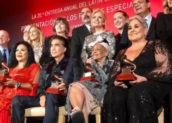 Omara Portuondo (2-d, abajo) junto a otros artistas laureados con el Premio a la Excelencia Musical de la Academia Latina de la Grabación, en Las Vegas, EE.UU., el 13 de noviembre de 2019. Foto: Perfil de Facebook de Omara Portuondo.