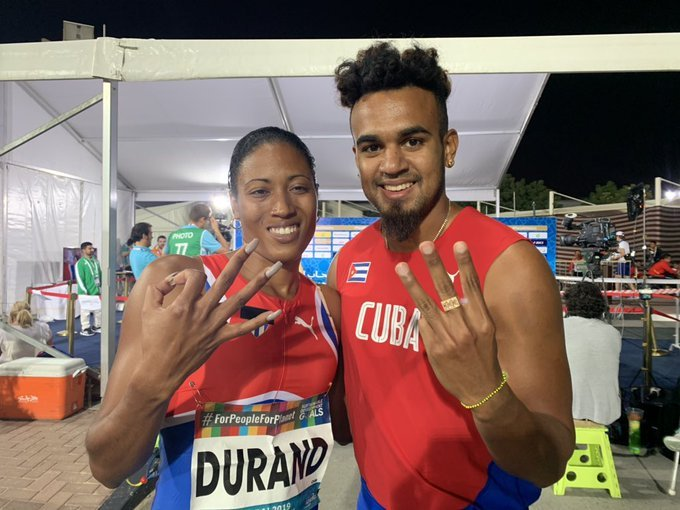 La multicampeona paralímpica cubana Omara Durand celebra junto a su guía Yunior Kindelán, tras obtener su tercera medalla de oro en el Campeonato Mundial de Paratletismo de Dubai, Emiratos Árabes Unidos, el martes 12 de noviembre de 2019. Foto: @ParaAthletics / Twitter.