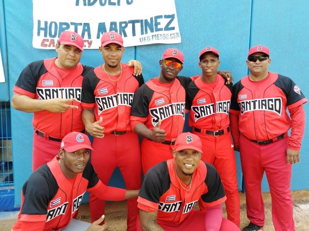 El mánager Eribero Rosales (d-arriba) junto a varios jugadores de Santiago de Cuba en el Juego de las Estrellas de la 59 Serie Nacional, celebrado en Camagüey. Foto: Brita García / Facebook.