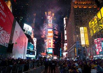 En esta fotografía de archivo del 1 de enero de 2017, una lluvia de confeti cae sobre la multitud que celebra la llegada del año nuevo en Times Square, en la Ciudad de Nueva York. Foto: Craig Ruttle/AP.