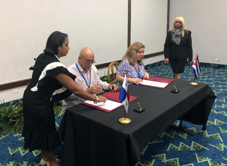 Carmen Gisela Vergara (2-d), directora de la Agencia para la Atracción de Inversiones y Promoción de Exportaciones ProPanamá y Roberto Verrier (2-i), director del Centro para la Promoción del Comercio Exterior y la Inversión Extranjera ProCuba, firman un convenio entre ambas entidades en Panamá. Foto: @CastroVerrier / Twitter.